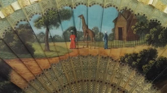 Détail d'un éventail datant d'environ 1827 et représentant la girafe de Charles X (corne, gouache et paillette - Suisse)