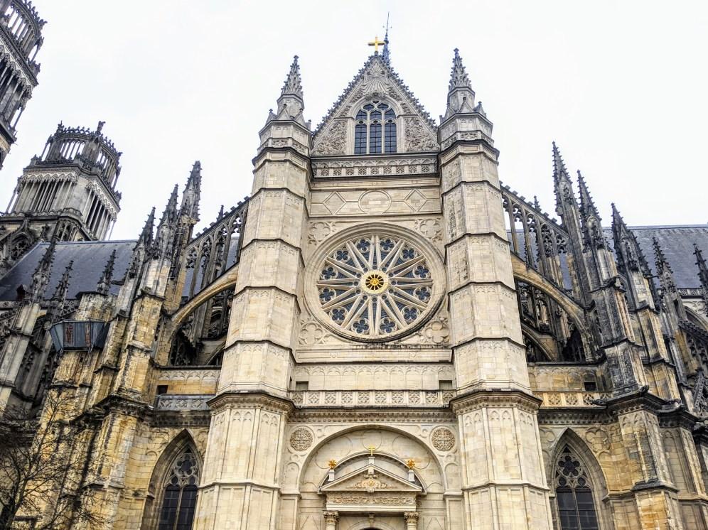 Le transept Louis XIV, avec sa rosace en soleil, s'intègre parfaitement à l'ensemble gothique flamboyant !