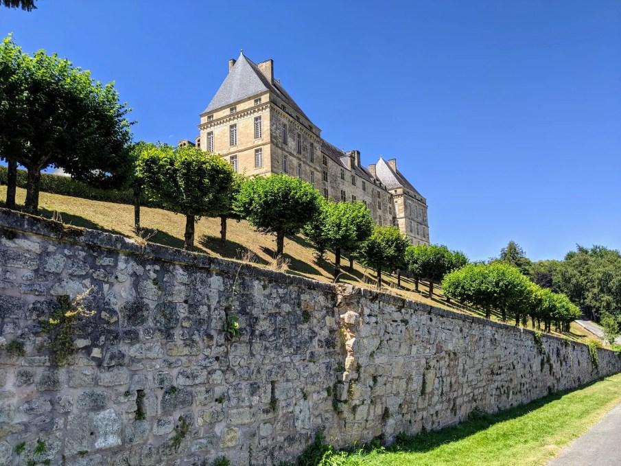 Façade nord du château de Hautefort - Belle vue sur les murailles !