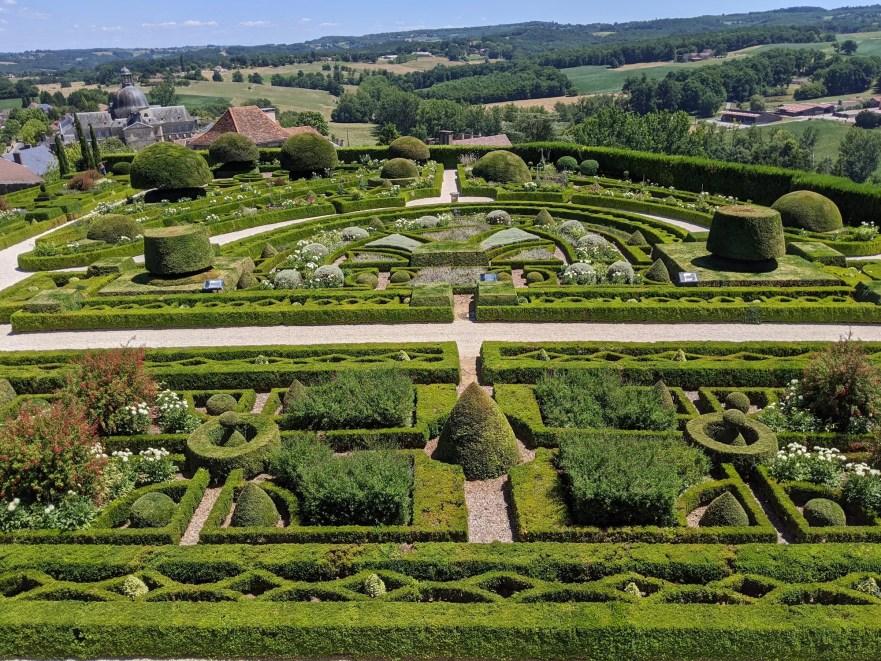 Les sublimes parterres à la française du château de Hautefort depuis l'aile est