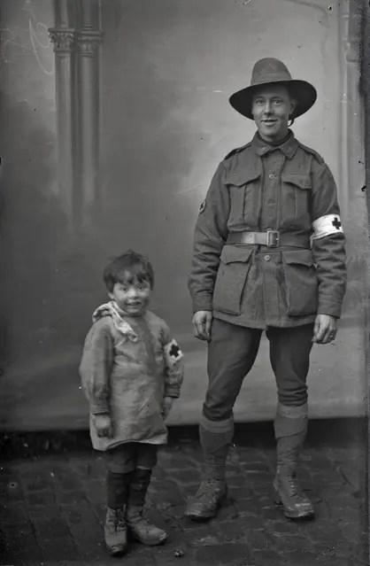 Robert Sumner, Ambulancier de l'Australian Imperial Force, posant avec le petit Robert lui aussi en costume d'ambulancier ! - Collection Thuillier