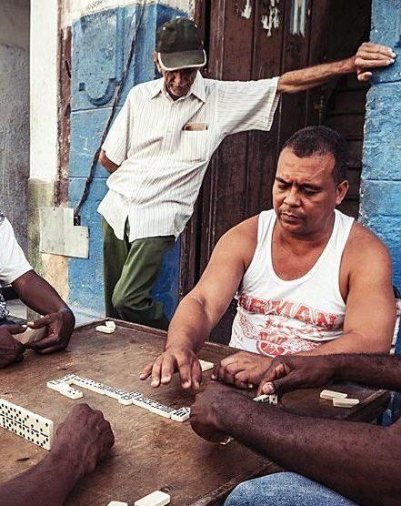 hommes caribéens jouant au domino