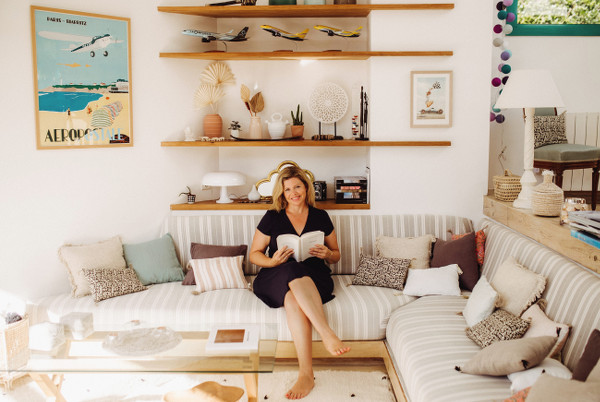 Claire Pimenta de Miranda en train de lire dans son salon vous présente son parcours