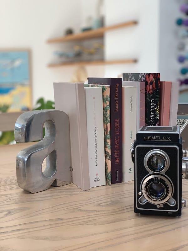 Appareil photo Semiflex devant des livres
