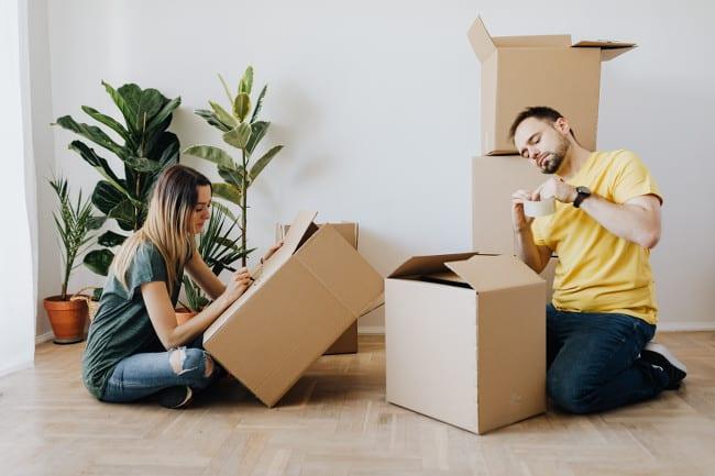 Deux personnes préparent leur cartons de déménagement