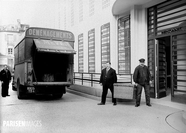 Annexe de la Bibliothèque Nationale à Versailles. Départ de la navette quotidienne, pour Paris, des ouvrages demandés en consultation rue de Richelieu. 1938.