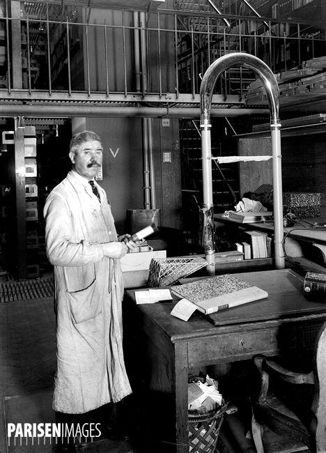 Bibliothèque Nationale. Magasin central du département des Imprimés. Tube pneumatique d'arrivée des bulletins de lecteurs. Paris, 1938.