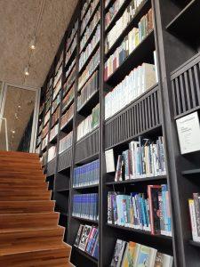 Les encyclopédies dont on ne sait jamais quoi faire ? dans les escaliers, en déco !
