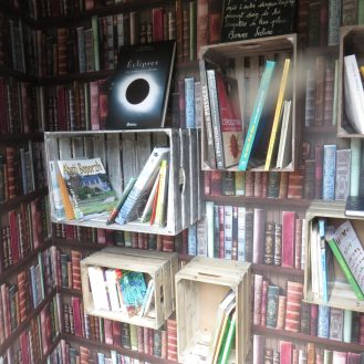 et des caisses remplies de livres