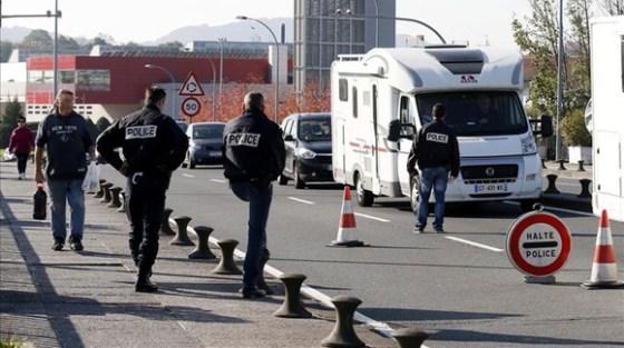La policía francesa realiza un control en el puente que une Irún con Hendaya