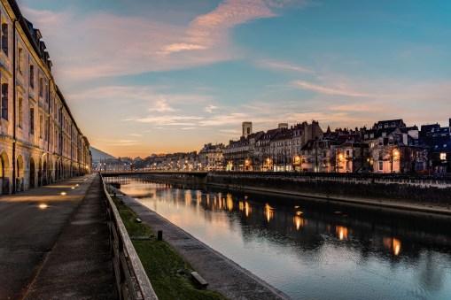 Les quais de Besançon au crépuscule