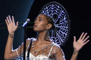 """Solange cantó """"Rise"""" y """"Weary"""" en el nuevo Tonight Show Starring Jimmy Fallon. Cusica Plus"""