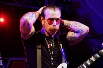 Presentan una orden de restricción contra Jesse Hughes de Eagles of Death Metal por amenazas de muerte. Cusica Plus