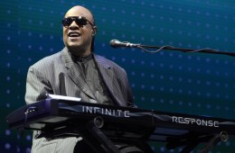 """Stevie Wonder le dedico """"Isn't She Lovely"""" y """"My Cherie Amour"""" a Michelle Obama en The Tonight Show. Cusica Plus"""