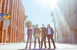 "Weezer comparte sencillo titulado ""Feels Like Summer"". Cusica plus"