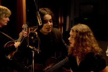 "Nas y Jack White hacen cover del blues ""On the Road Again"". Cusica plus."
