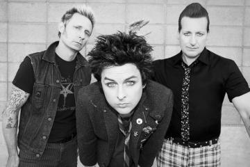 "Green Day ventila viejas frustraciones adolescentes en el video de ""Too Dumb To Die"". Cusica Plus."
