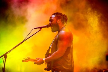 "Kele Okereke de Bloc Party se abre con su nuevo sencillo ""Do U Right"". Cusica Plus."