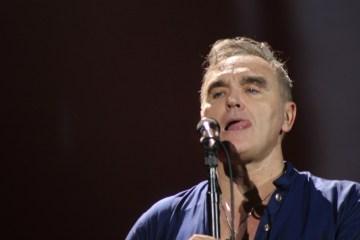 """Puedes ver a Morrissey bailando en el video de """"Jacky's Only Happy When She's Up On The Stage"""". Cusica Plus."""