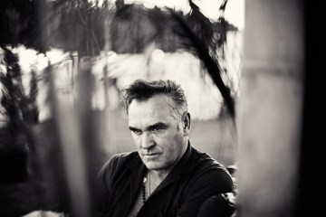 Morrissey nos regala un momento de felicidad en su nuevo tema. cusica plus.