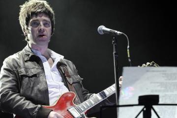Noel Gallagher aprende a volar, con tijeras, en su paso por Jools Holland. Cusica Plus.