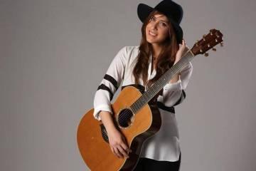 """Mariana Vega retoma los sonidos del folkpop con """"Sentado"""". Cusica Plus."""