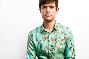 "James Blake comparte su versión de estudio del tema ""Vincent"" de Don Mclean. Cusica Plus."