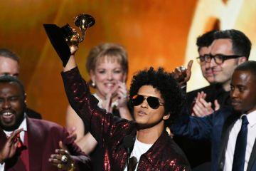 Bruno Mars dominó la ceremonia de los Grammys. Cusica Plus.