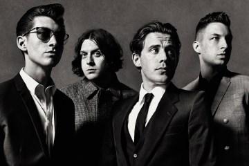 "Escucha a Arctic Monkeys realizar un cover de ""Is This It"" de The Strokes. Cusica Plus."