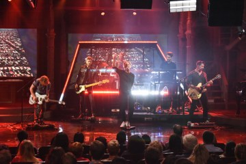 "One Republic cantó en vivo ""Connection"" en The Late Show con Stephen Colbert. Cusica Plus."