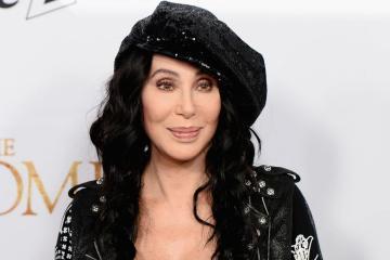 Cher publica disco con cover de ABBA, llamado 'Dancing Queen'. Cusica Plus.