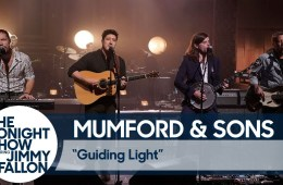 "Mumford And Sons interpretaron su nuevo tema ""Guiding Light"" en The Tonight Show de Jimmy Fallon. Cusica Plus."