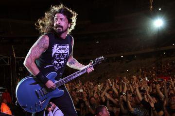 Dave Grohl de Foo Fighters invitó a un niño ciego en un show para tocar la guitarra. Cusica Plus.