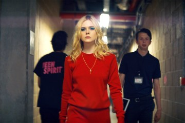 "Elle Fanning interpreta el tema ""Lights"" de Ellie Goulding en el trailer de 'Teen Spirit'. Cusica Plus."