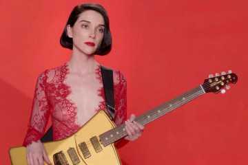 "St. Vincent estrenó videoclip de su tema ""Masseduction"". Cusica Plus."