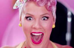 "Pink nos lleva a Nueva York en el video de ""Walk Me Home"". Cusica Plus."
