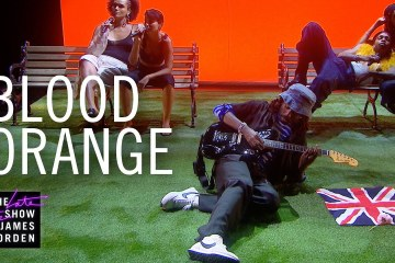 Blood Orange estrenó dos nuevos temas en el Late Show de James Corden. Cusica Plus.