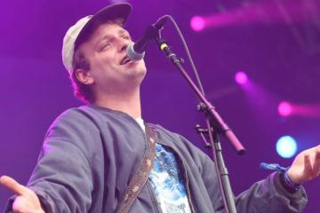 "Mac DeMarco comparte su nuevo tema ""All Of Our Yesterdays"". Cusica Plus."