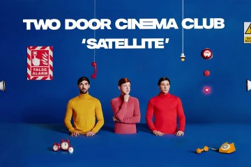 "Two Door Cinema Club estrena el tema ""Satellite"" de su próximo disco. Cusica Plus."