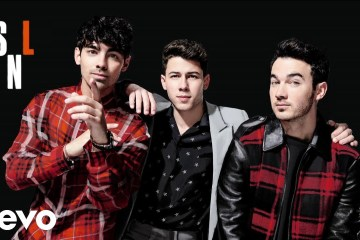"Los Jonas Brothers se presentaron en 'Saturday Night Live' para cantar ""Sucker"", ""Burnin' Up"" y ""Cool"". Cusica Plus."