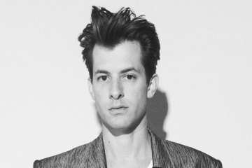 "Escucha ""Don't Leave Me Lonely"" de Mark Ronson y YEBBA. Cusica Plus."