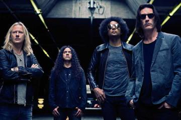 "Alice In Chains ven crecer una botella de cerveza en el video de ""Rainier Frog"". Cusica Plus."