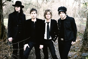 "The Raconteurs explota con su nuevo ""Bored And Razed"". Cusica Plus."