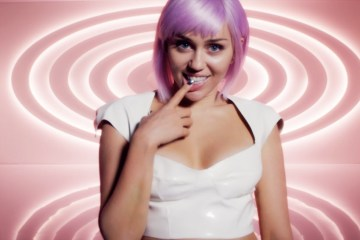 "Miley Cyrus se transforma en Ashley O de Black Mirror en el video de ""On A Roll"". Cusica Plus."