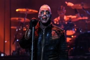 Dos miembros de Rammstein protestaron en un concierto en Rusia - Cúsica Plus