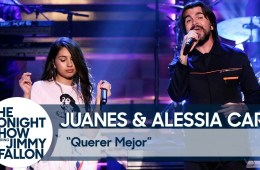 Alessia Cara y Juanes llegaron al show de Jimmy Fallon para cantar 'Querer Mejor'. Cusica Plus.