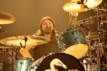 Dave Grohl tocó la batería junto a The Bird and the Bee, para realizar cover de Van Halen. Cusica Plus.