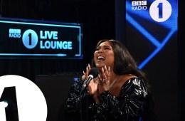 Lizzo versionó el tema 'Adore You' de Harry Styles en el Live Lounge de la BBC Radio 1. Cusica Plus.