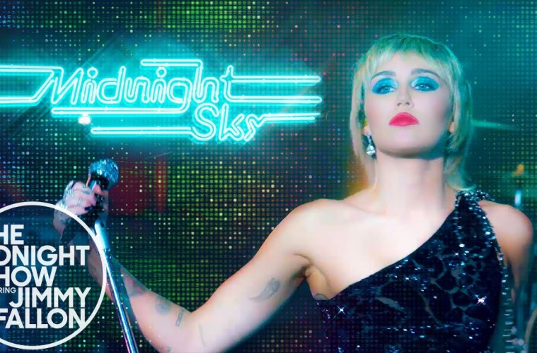 Miley Cyrus cantó 'Midnight Sky' en el Show de Jimmy Fallon. Cusica Plus.
