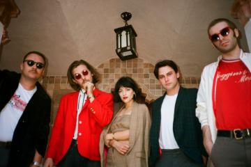 The Marías regresa con el sencillo 'We're The Lucky Ones'. Cusica Plus.